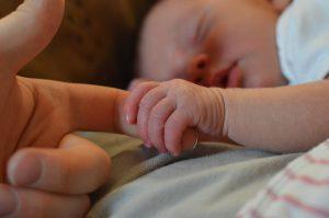 お母さんの気を握る赤ちゃん
