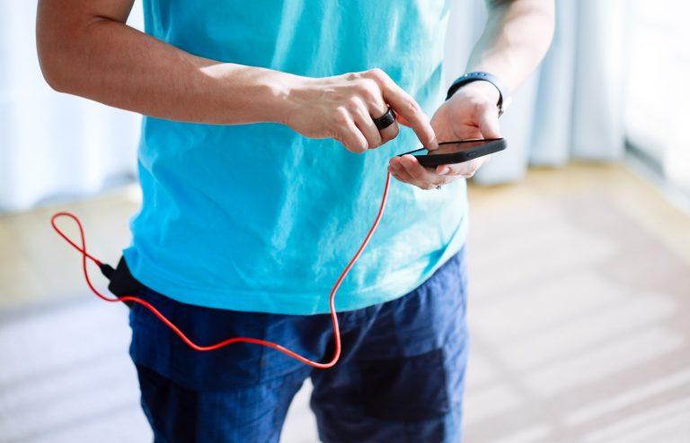 モバイルバッテリーをポケットに突っ込んで充電しながらスマホでGO