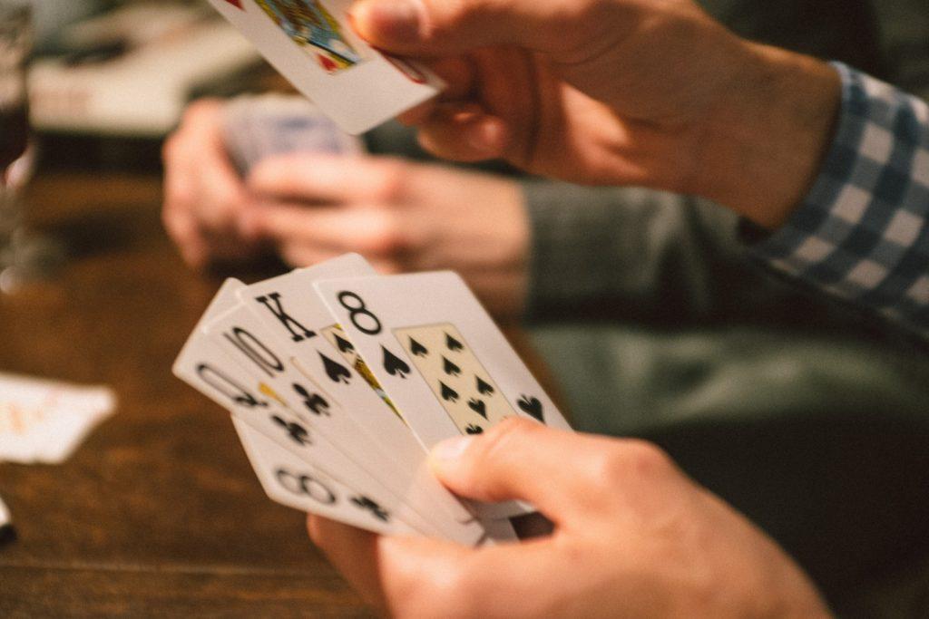 カードゲームをプレイする男性