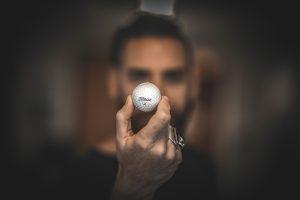 ゴルフホールを見つめる男性