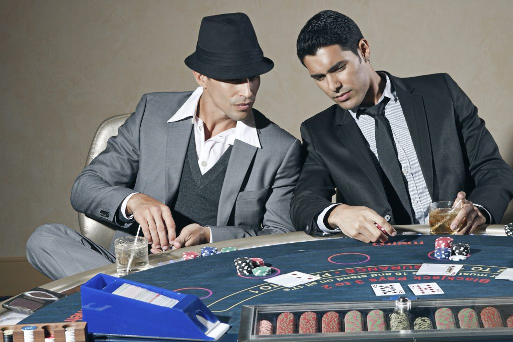 トランプで賭け事をする男性たち
