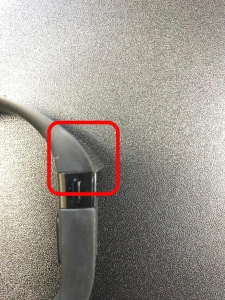 Fitbit Charge HR のバンドと画面表示部の境目が剥がれる不具合1