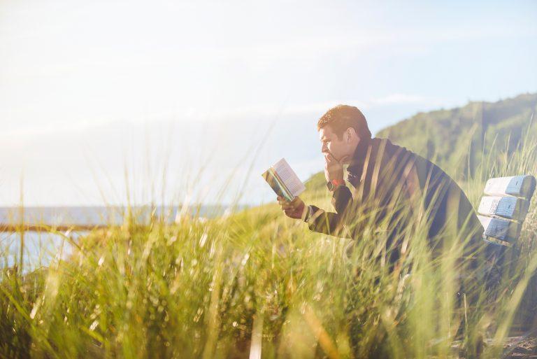 集中して本を読む男性