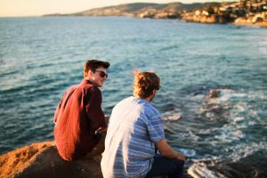 海岸で会話する男たち