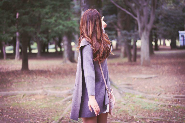 森の奥に何かを見つけた女の子