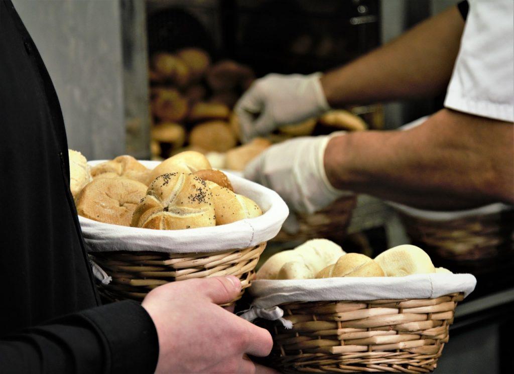パンを売る男性