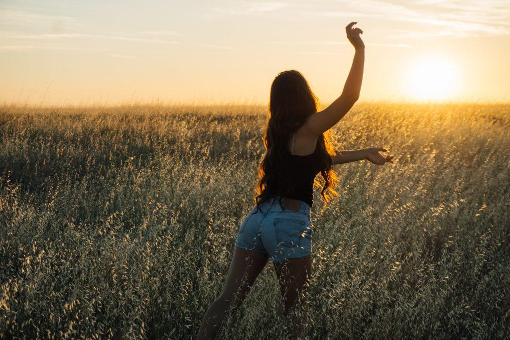 草原でダンスする女性