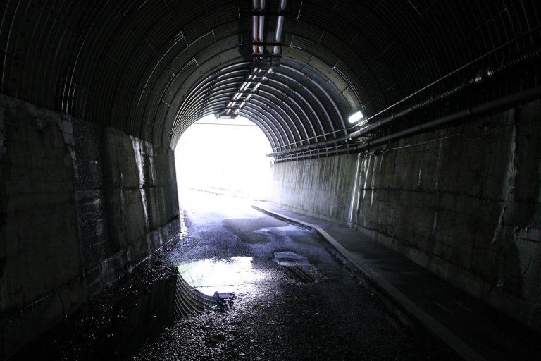 トンネルの先に見える光