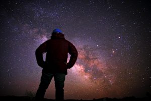 星たちを眺める男性