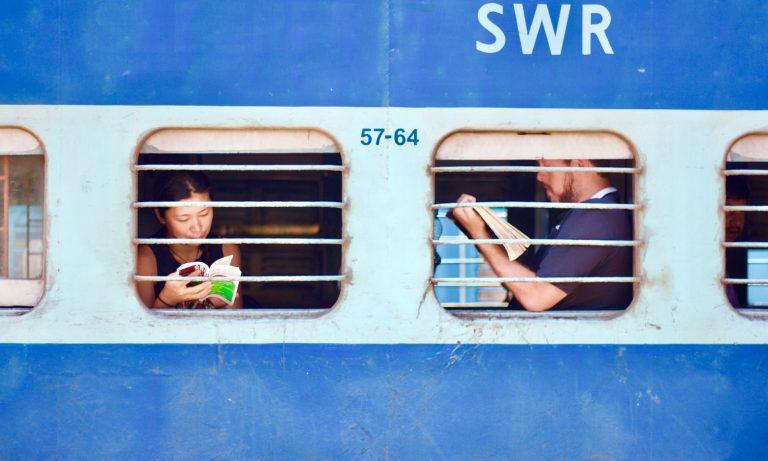 電車の中で本を読む男女