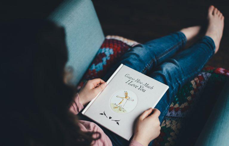 手帳を手に持つ女性