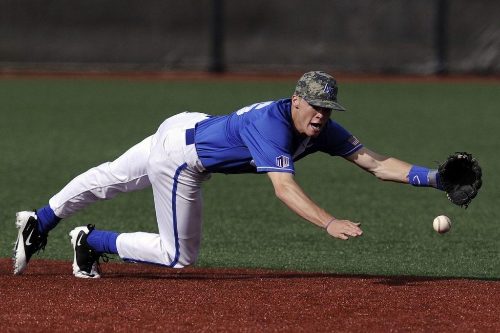 飛び込んで打球を追いかける男性