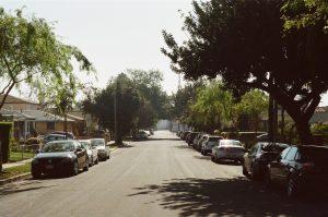 路上駐車している車たち