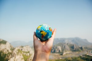 地球を持った手
