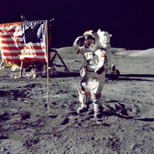 月にアメリカの国旗を立てる人