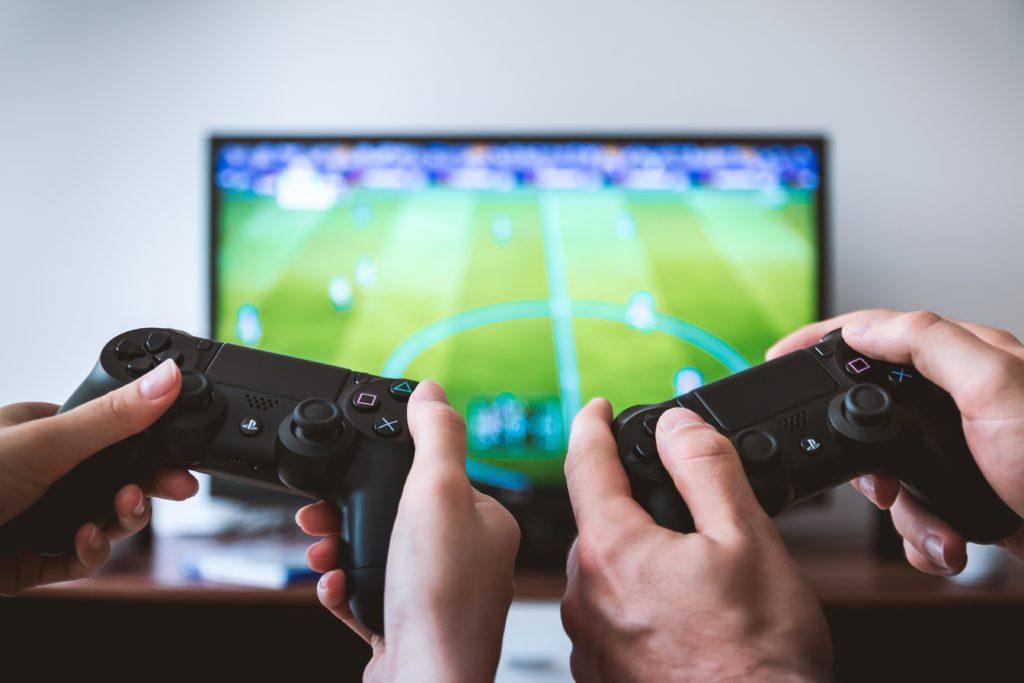 テレビゲームをする2人
