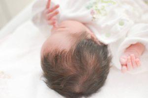 指をしゃぶる新生児