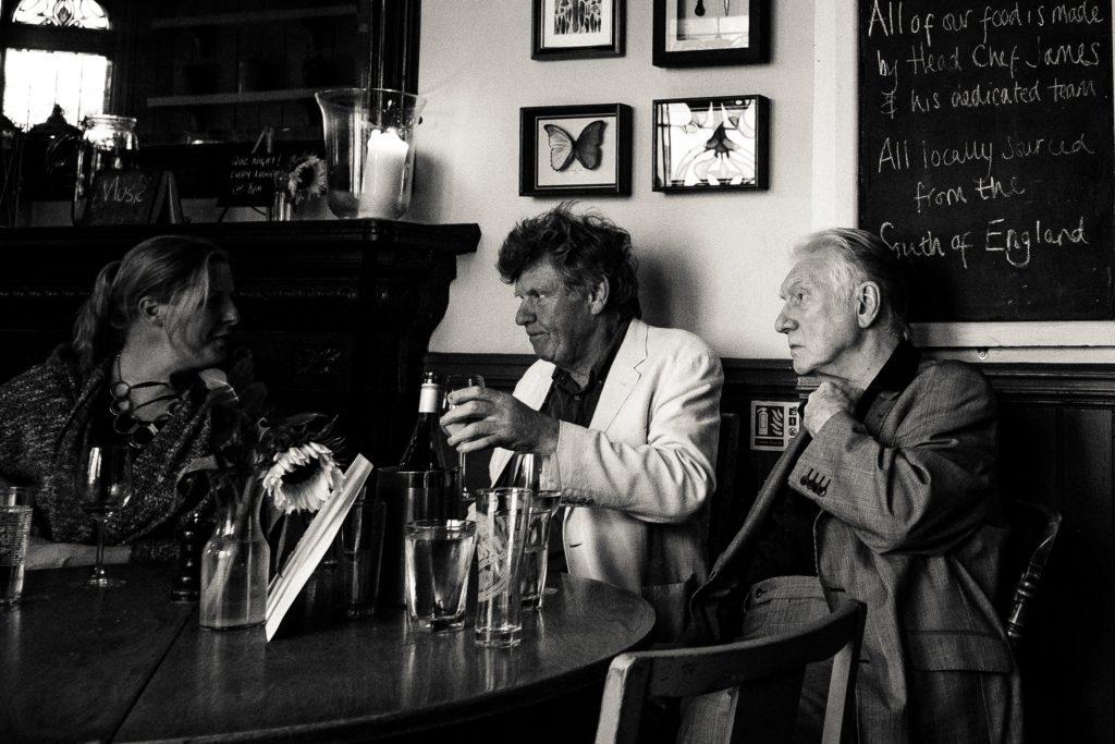 お酒を飲む老人たち
