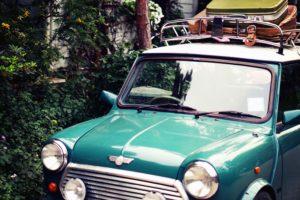 緑色の車と荷物