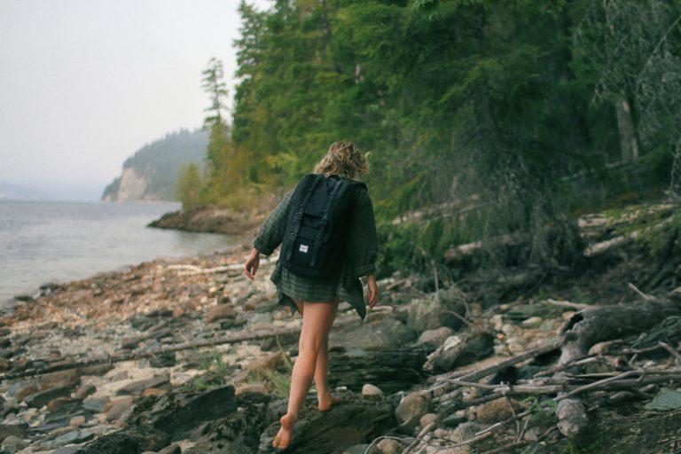 ゴツゴツしたところを歩く女性