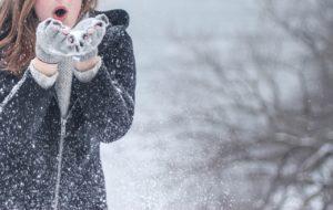 寒さに凍える女の子
