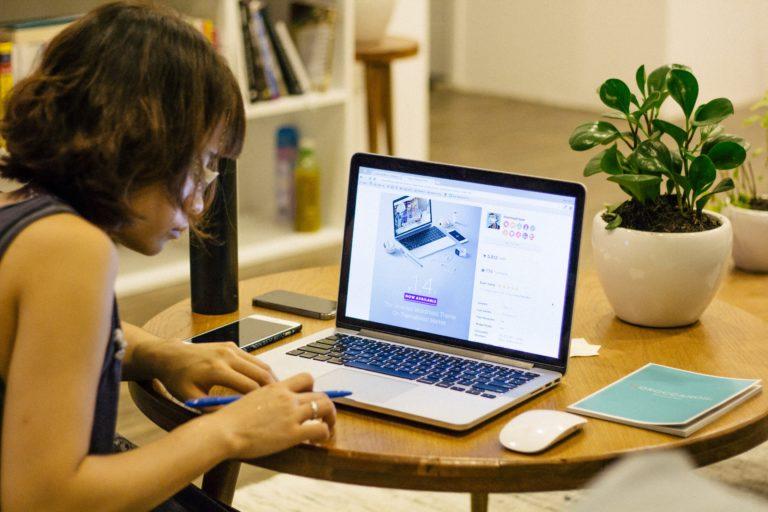 頑張ってパソコンを触る女の子