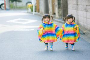 仲良く手をつないで散歩する双子の姉妹