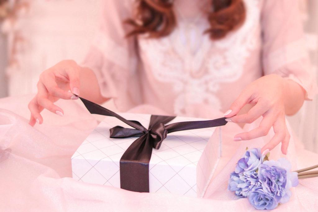 プレゼントを開けようとしている女の子