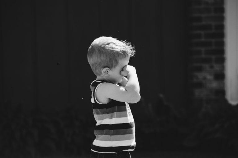 泣きじゃくる男の子