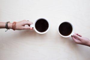 カフェインを飲む二人