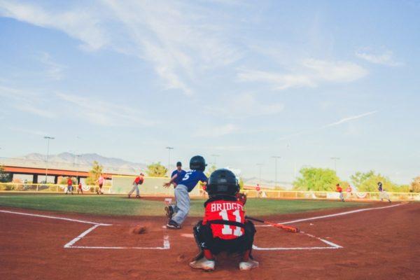 少年たちが野球をしている