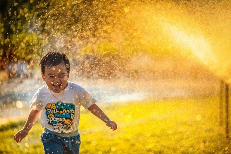 水ではしゃぐ子供