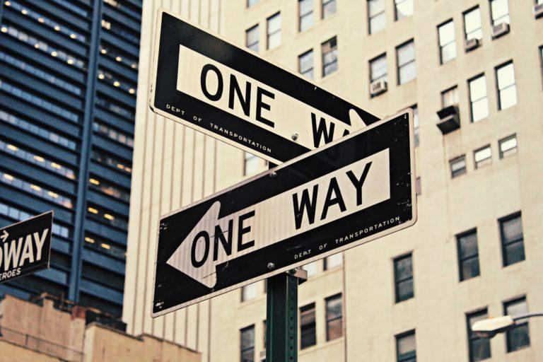 one way の標識