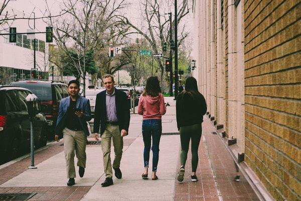 街中を歩く人.jpeg