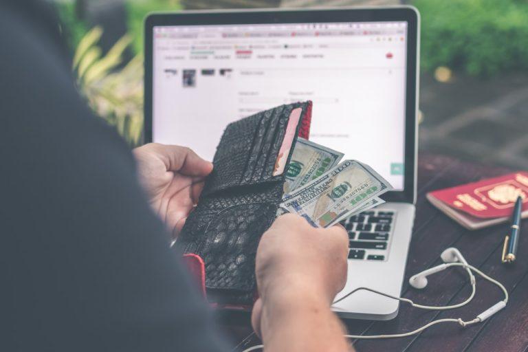 お金を記録する男性