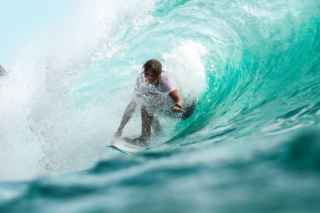 サーフィンをする男性